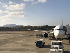 <長崎空港> NAGASAKIの植え込みの文字が35年前と同じ。 昔、旦那が長崎に住んでいたので何度か行ったことがあります。 今回はちょっぴり思い出の旅行も兼ねてます(;^ω^) 飛行機の外階段には掃除をする人が待機ました。