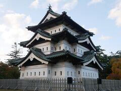 で、弘前城の本丸。 弘前城を見た第一印象は…正直に言って「え?これ??小さい…」。 一番最近見たお城が松本城だったので…どうしても比べてしまう。 弘前の観光案内にも弘前城と言うと「桜」だけでお城自体の観光案内は皆無だった理由がこのお城を見て分かった…。 でも一応江戸時代に建築されて残っている天守閣としては東北で唯一のもの。