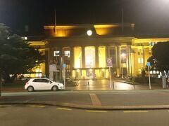 途中に明日乗る列車の駅(ウエリントン中央駅)がありました。立派な建物です。