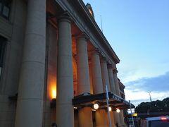 日の出が遅い朝のウエリントン駅ですが、構内には通勤客も多く、ここはニュージーランドの首都として第二の大都会だと改めて認識しました。