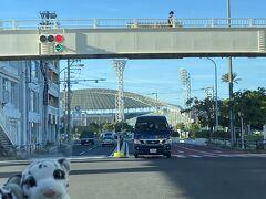 ホテルに向かう途中で沖縄セルラースタジアム那覇を発見!西武ファンにはゆかりの地であります。アグーこと山川選手はここで凱旋ホームラン打ったんだなあ。