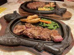 真打登場。その昔沖縄でサーロインを食べて胃もたれしたことがあるので赤肉ステーキにしました。おいしい!夫はリブニューヨークステーキをチョイス。脂身もなかなか(私はちょっとだけで満足)。