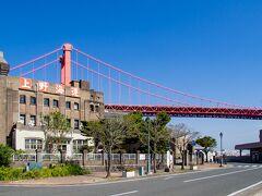 若戸大橋をバックにする 「上野海運」のビル。  まずはあそこに行ってみます。