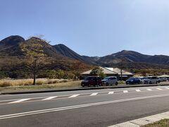 日田経由で九重へ。 長者原ビジターセンター付近。 登山も紅葉もベストシーズンなので駐車場が空いてない! やっと見つけたスペースに駐車し、いざ坊ガツルへ。