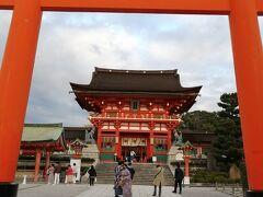 光明院を後にして、徒歩で伏見稲荷へ向かいました。 電車の駅1つ分ですが、東福寺から15分くらいで到着です。 この時期の日の入りが16:45なので、できるだけ急ぎます。 (伏見稲荷はライトアップなし)