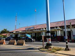 ◆アユタヤ駅 駅前には客待ちのトゥクトゥクが沢山いて、勧誘が鬱陶しかった。