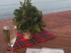 海のレストランにてお昼に入ります。  海を見ながらまったり スパークリングワインいただきながら