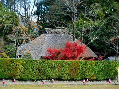 落柿舎 http://www.rakushisha.jp/  では移動です。茅葺屋根の落柿舎が見えますね。