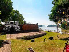 ◆砲台跡へ バイクがあるので有名どころはパスして、チャオプラヤー川とパーサック川が合流する場所に残る砲台跡へ。