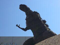 シャンテ前のゴジラ像がリニューアルされていました。 像の周辺も新しくなっています。