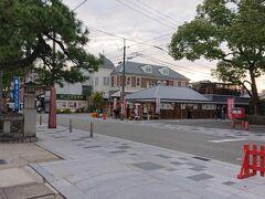 筥崎宮の鳥居を出るともうそこは次の目的地。 「花山」。  手前は筥崎宮の境内。