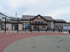 土崎駅。秋田港のシンボル「ポートタワーセリオン」はほぼ真正面に見えたが、線路は大きなカーブを描いているので線路沿いを歩くのは結構遠回りになる。
