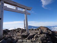 剣ヶ峰に到着.鳥居の陰になっているのが御嶽山