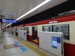 10月に続き、今回の宿泊先も横浜方面なので、エアポート急行に乗って羽田を脱出します。前回は都営地下鉄の車両でがっかりしましたが、今回は京急の赤い電車でした。
