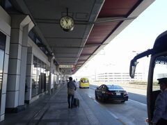 工業地帯では少々の渋滞はあったものの、大きな影響はなく、5分遅れで羽田空港に到着しました。  羽田はいつもモノレールか京急なので、バスストップに着くと新鮮な感じがします。