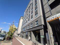 アーバンホテル京都四条プレミアムへ到着。 荷物を預け、伏見稲荷大社へ向かうことにします。ホテルの目の前のバス停からバスに乗車。