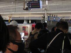 乗り換え時間24分の間に駅舎の写真を撮って、ホームに向かうと自由席の列が伸びている
