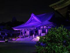 8<法多山尊永寺 本堂> 山の上にある本堂にやっと到着。 ここは、奈良時代に行基が開いた歴史あるお寺。 暗闇に浮かび上がる本堂が、より荘厳に見える。