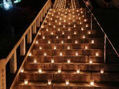 15<階段のライトアップ> 階段の半分には、ガラス瓶に入ったろうそくのライトアップが・・・。 風で炎がユラユラ揺れ、とても美しい。