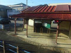 なんとも味のある駅舎。もちろん無人駅。 かつては本線から乗り入れてくる特急電車も停まった駅らしいけど。