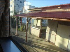 さっきと同じような味のある駅舎。