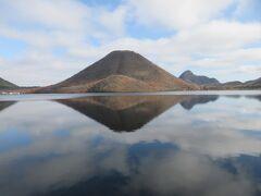澄んだ湖水に映る姿にいつまでも心惹かれます。