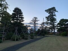 そんな時間なので…誰もいないわぁ~。 見事な日本庭園。