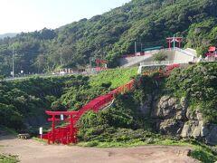 千畳敷から10km、海外でも人気で、さまざまな願いが叶うという元乃隅神社に到着。