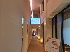 このホテル琉球温泉つき 宿泊でなく温泉だけに来館する人も多いようです。 一階の入り口で靴を脱ぎ、カウンターに鍵を預けるとタオルをくれます。 売店で温泉グッズやお土産、ドリンクも。 地域クーポンも使えます