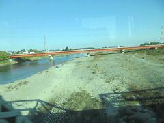 昔は水量が多かったと思われる利根川を渡り