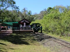 イグアスの国立公園は80%がアルゼンチン側にあります。公園内を鉄道が走っていて、駅を起点に滝をめぐる遊歩道が整備されています。 トロッコ列車で出発、中間駅で下車