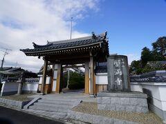 蟹満寺は、かつては「紙幡寺」「加波多寺」とも言われており、白凰期の末期(690年代)に、秦氏によって建立されたと伝えられている古刹です。創建について詳しい資料もなく、現在は新しい本堂が建つのみですが、1990年の発掘調査では、7世紀末の大規模な寺院建築の遺構が発掘されました。創建当時の本堂は、現在の奈良・薬師寺の金堂に匹敵するほどの規模であったことが判明しています。