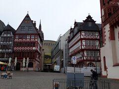 レーマー広場の奥、美術館シルンが見えるが、もちろん閉館