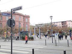 パウルス教会の広場もクリスマスの市がないので閑散として。カフェもレストランもその場で飲食は許されないので、椅子もテーブルも出していない。