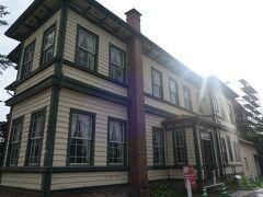 『旧東奥義塾外人教師館』です。この建物は東奥義塾に招いた外人教師専用の住居だった建物です。