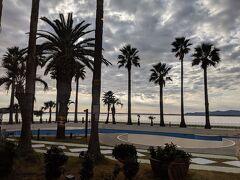 ロビーからの眺めは南国ムードです。浜松到着時は快晴でしたが雲がでてきました。