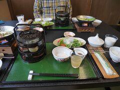 湯川温泉四季彩の宿ふる里の朝食。朝からご馳走です。牛乳が嬉しい。温泉卵か納豆か?を選べます。さらに選べる焼き魚が。