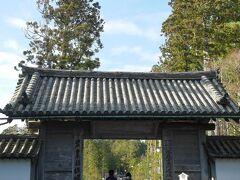 続いて瑞巌寺を見学します。 総門。ここから中門、本堂に向かって立派な参道が続いています。さすが伊達家の菩提寺という感じ。