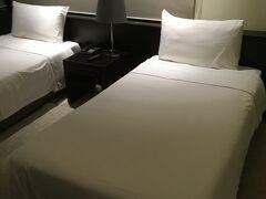 ホテルはシングルベットが二つ。