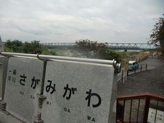 下流側に小田急線の鉄道橋があり、かなりの頻度で列車が来るので、小田急ファンは楽しめるだろう。