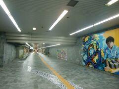 アミューとイオンは幅の広い地下道の対面の配置で、地下道でバスセンターや本厚木駅方面とつながっている。