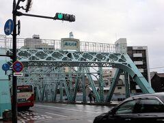では、歩いて武家屋敷まで向かいます  犀川大橋。 大正時代に造られ、国の登録有形文化財になっています。 風情ある~