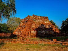 ◆ワット ウォラポー ワット タンミカラートに行こうと思っていたのに、なぜかワット ウォラポーに到着。歳をとると思い込みが激しくなるのと、確認するのが面倒になるのが原因。 しかし、ワット ウォラポーは珍しいピラミッド型の遺跡。仏塔の土台だったのかもしれないそうだ。もともとワット ラカンという名前だったようだが、現在はワット ウォラポーとなっているようだ。