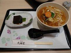 ホテルへ到着して、少し休憩。その後、JR奈良駅の天極堂 JR奈良駅店に入ります。