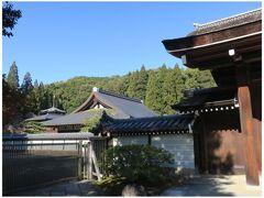 苔寺(西芳寺)は予約制なので寺門のみ撮らせていただく。  中を覗かせていただくと庭園が素晴らしそう! ここは是非予約をして、この後訪れた鈴虫寺と共に いつか再訪したいなぁ。