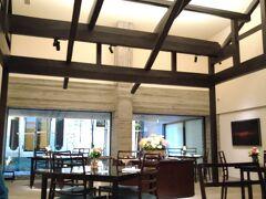 二日目、朝食はメインダイニングの「ラ ルーチェ」  かつての呉服屋さんの建材を生かした吹き抜けの天井で 明るくて開放感があります。