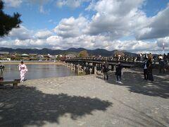 鈴虫寺からバスで渡月橋まで戻りました。