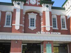 関東の駅百選にも選ばれたレトロな駅舎の façade コンクリート地に煉瓦タイルを張り付けたとききます。