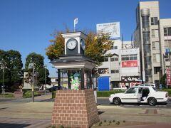 広場にからくり時計があります。 駅員さんが教えてくれた12時を待ちました。