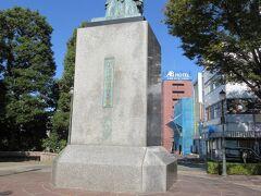 銅像も建っています。(青淵広場) 渋沢栄一(1840~1931) 深谷市血洗島で生まれた栄一さんは近代資本主義の父・近代産業の発展に尽くした経済人。明治20年機械式煉瓦工場を建てました。